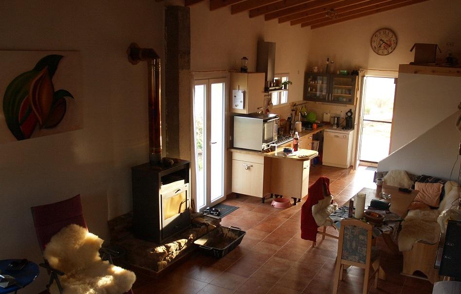 Blick aus dem Wohnbereich zum Essplatz und Küche | View from the living area to the dining area and kitchen