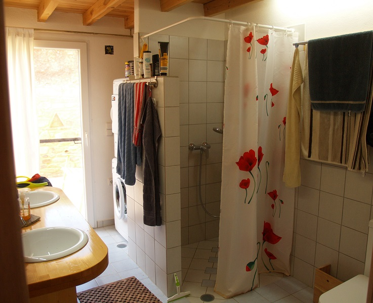 großzügige Dusche mit Klappsitz nicht nur für Senioren | generous shower with folding seat not only for seniors