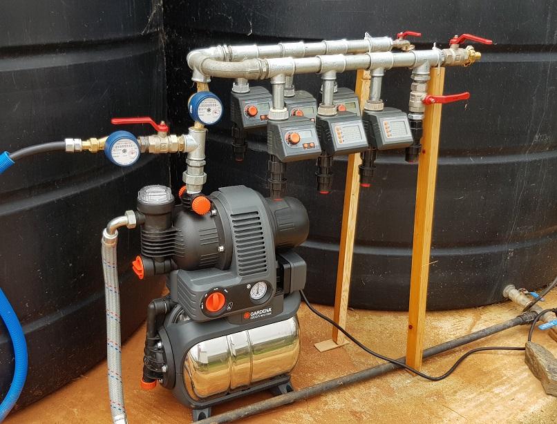 das fertige Hauswasserwerk mit Pumpe versorgt 20.000 ltr Wasser aus Vorräten