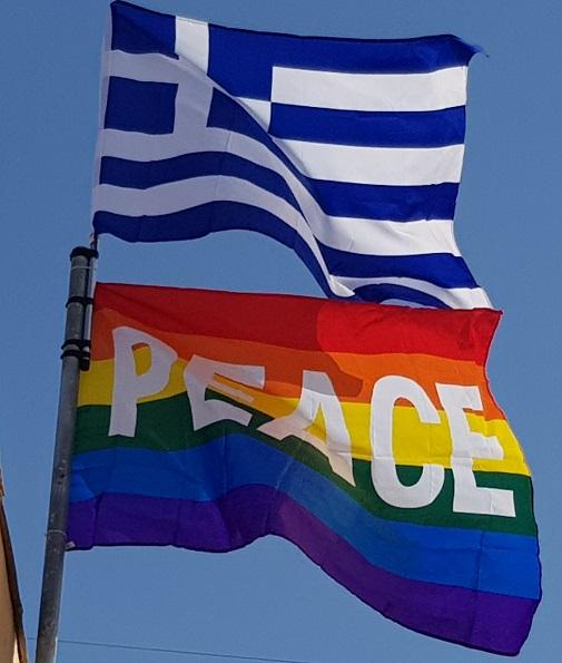 """die Flaggen auf unserem Haus """"für ein bisschen mehr Frieden"""""""