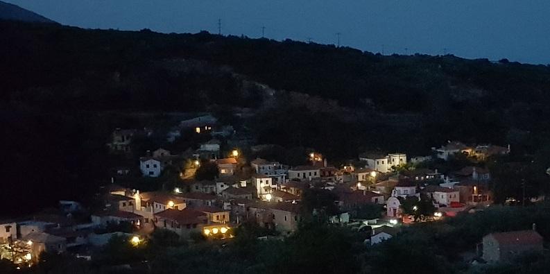 hell erleuchtet unser Dorf Nomia in Lakonien