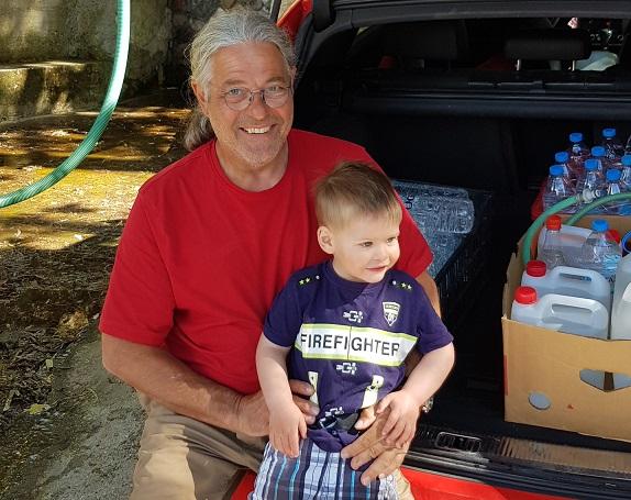 mit dem großen Enkel in Lyra an der Trinkwasserquelle