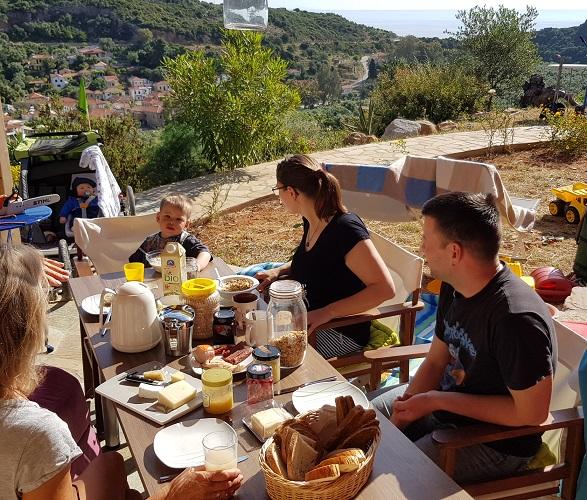 gemeinsames Frühstück auf der Ostterrasse