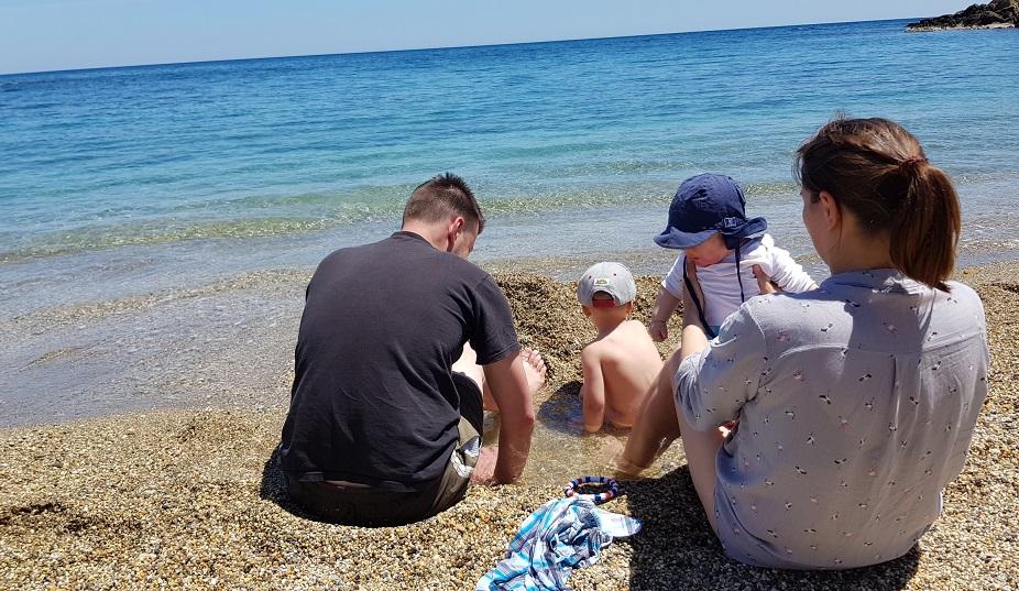 Papa hat eine Idee, so kann der Kleine auch ins Wasser (es war schon sehr kalt)
