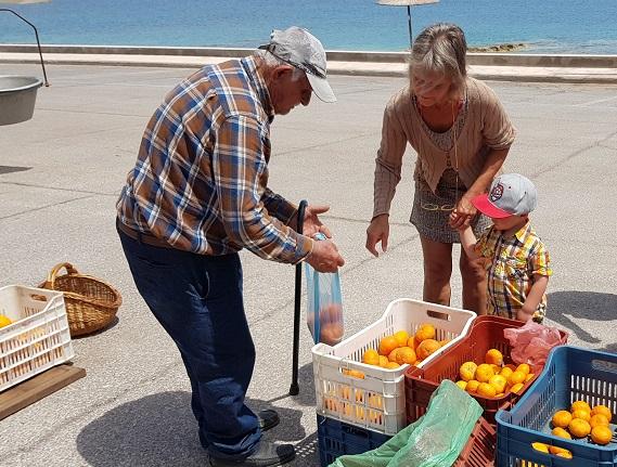 Markttag direkt am Meer in Gefira vor Monemvaisa