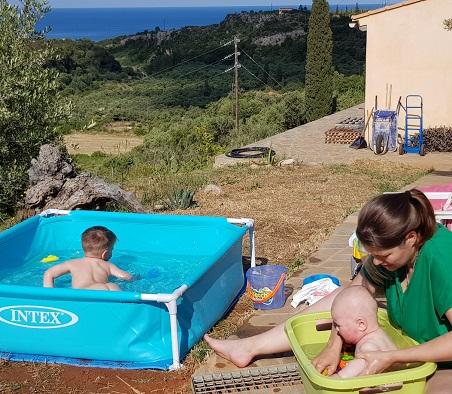 Plantschbecken am Haus aufgebaut und Meerwasserbad für den kleinen Kilian