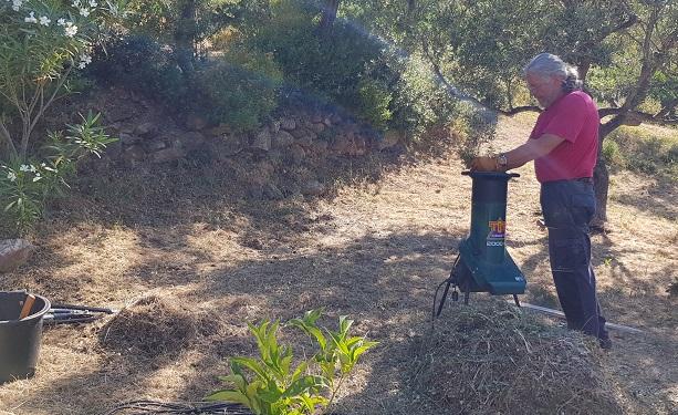 aller Baumschnitt wird mit dem Häcksler zum Kompostieren klein gemacht