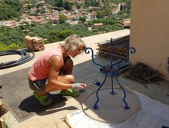 unser vor Jahren vom Sperrmüll geretteter griechischer Tisch erhält jetzt seine original Farbe