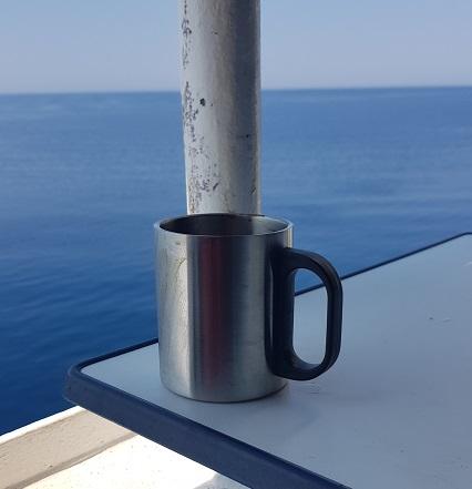 frischer Kaffee aus der Bordküche vom Busle 3 auf dem Balkon auf der Superfast