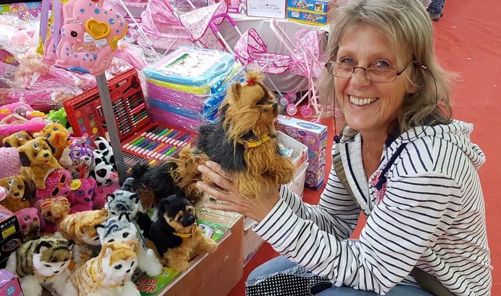 Silke und die Hunde: Nektarius Markt in Sykia