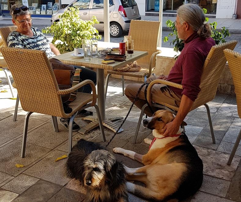 im Cafe in Molaoi nach dem Tierarztbesuch