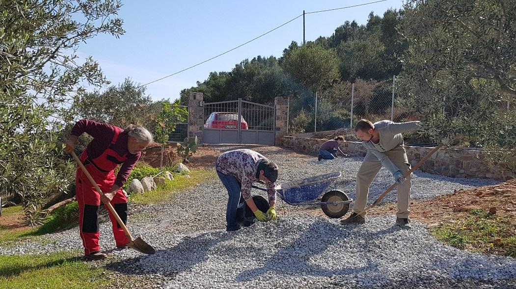 Ausbessern des Kiesbelag in der Einfahrt Kadowlos