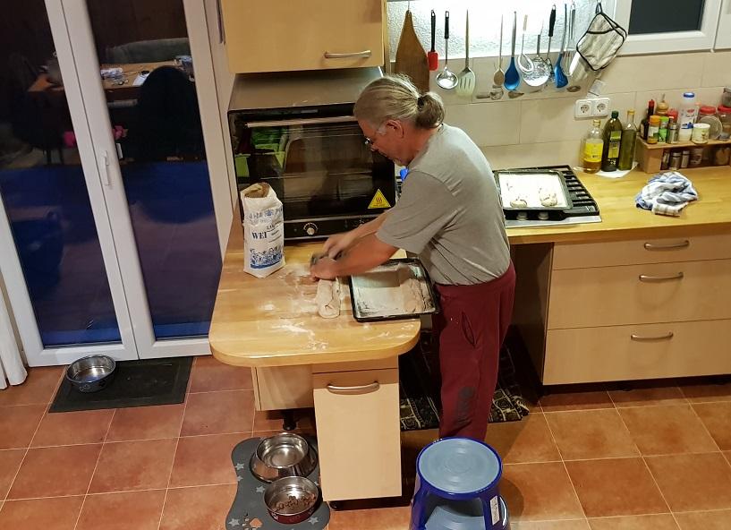 Brotbacken gehört für uns in Nomia regelmäßig dazu
