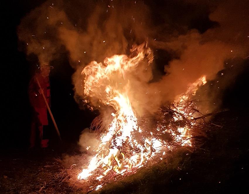 wir brennen in die Nacht hinein das ist romantisch