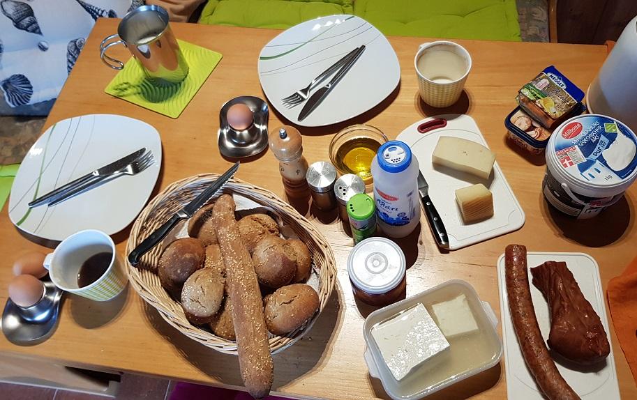 breakfast in Nomia ...... loukániko / kapnistó kréas / diaforetikó tyrí / Ellinikó giaoúrti / avgá / frésko elaiólado / gála / kafés / spitikó psomí
