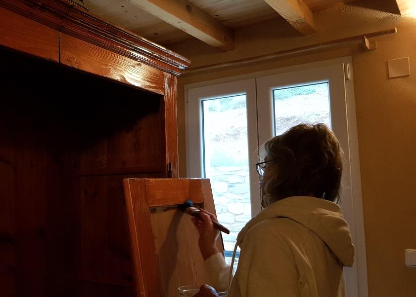 mit Olivenöl versiegeln wir den frisch restaurierten Schrank im kleinen Zimmer