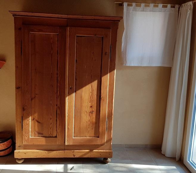 antiker Schrank im kleinen Schlafzimmer fast fertig und wunderschön