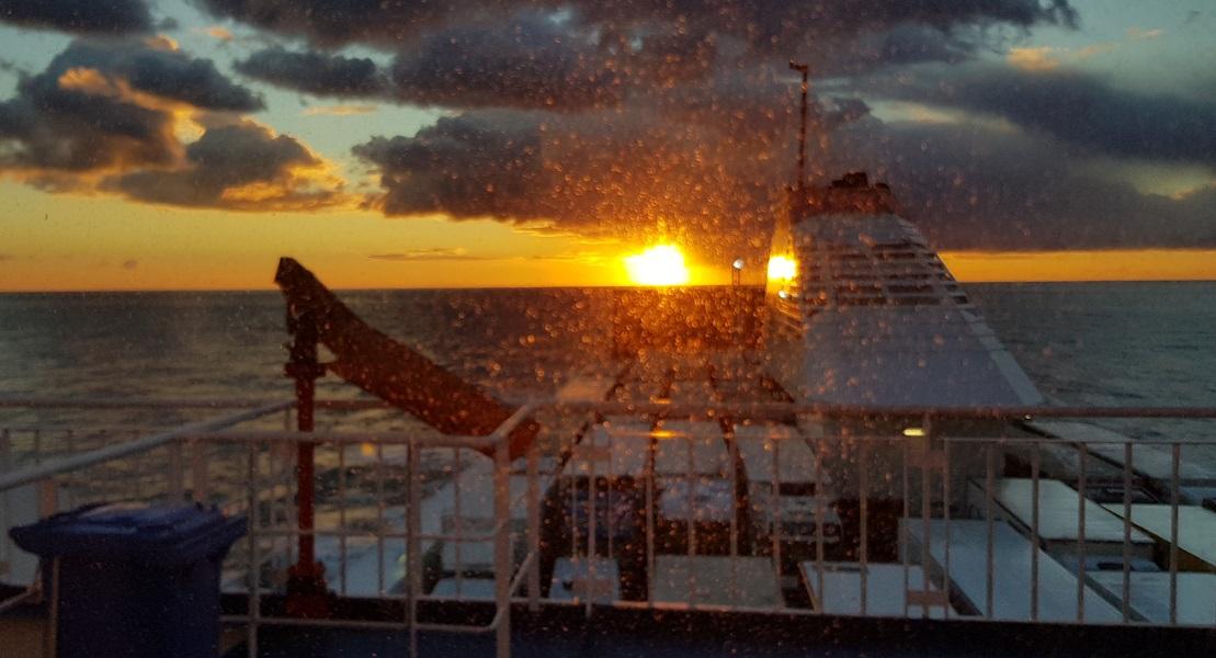 Blick aus der Kabine: Sonnenaufgang über Griechenland